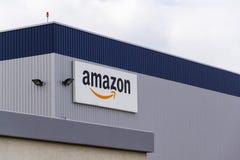 Logo de société de commerce électronique d'Amazone sur la logistique construisant le 12 mars 2017 dans Dobroviz, République Tchèq Images libres de droits