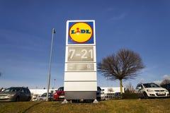 Logo de société de LIDL devant le supermarché de la chaîne allemande, une partie de Schwartz Gruppe à Prague, republi tchèque Image stock