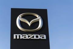Logo de société de voiture de Mazda devant le concessionnaire construisant le 31 mars 2017 à Prague, République Tchèque Image libre de droits