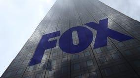 Logo de société de radiodiffusion de Fox sur les nuages se reflétants d'une façade de gratte-ciel, laps de temps Rendu 3D éditori banque de vidéos
