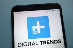 Logo de tendances de Digital montré sur le smartphone photo libre de droits