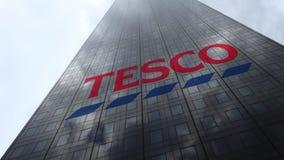 Logo de Tesco sur les nuages se reflétants d'une façade de gratte-ciel, laps de temps Rendu 3D éditorial banque de vidéos