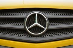 Logo de voiture de Mercedes Benz sur un gril de Mercedes Benz de chrome image stock