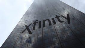 Logo de Xfinity sur les nuages se reflétants d'une façade de gratte-ciel, laps de temps Rendu 3D éditorial banque de vidéos