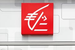 Logo del epargne del ` di Caisse d su una parete Immagini Stock Libere da Diritti