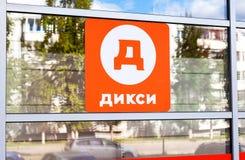 Logo del rivenditore Dixy del ` s della Russia sulla vetrina del deposito Immagini Stock
