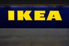 Logo del ` s di IKEA su parcheggio Fotografie Stock Libere da Diritti