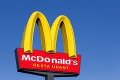 Logo del ` s di McDonald su un palo Fotografia Stock