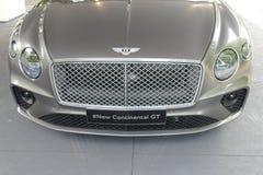 Logo del supercar di Bentley sulla fine del cappuccio del ` s dell'automobile sulla vista Fotografia Stock