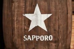 Logo della birra di Sapporo su un barilotto immagini stock