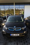 Logo della società di automobile di BMW i3 davanti alla gestione commerciale che costruisce il 31 marzo 2017 a Praga, repubblica  Fotografie Stock Libere da Diritti
