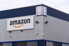 Logo della società di commercio elettronico di Amazon sulla logistica che costruisce il 12 marzo 2017 in Dobroviz, repubblica Cec Fotografia Stock Libera da Diritti