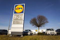 Logo della società di LIDL davanti al supermercato dalla catena del tedesco, parte di Schwartz Gruppe a Praga, republi ceco Fotografie Stock