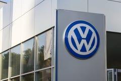 Logo delle case automobilistiche di Volkswagen su una costruzione della gestione commerciale ceca Fotografia Stock