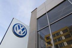 Logo delle case automobilistiche di Volkswagen su una costruzione della gestione commerciale ceca Immagini Stock