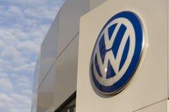 Logo delle case automobilistiche di Volkswagen su una costruzione della gestione commerciale ceca Immagini Stock Libere da Diritti