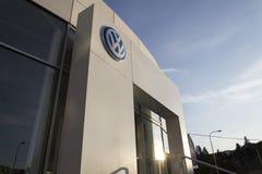 Logo delle case automobilistiche di Volkswagen su una costruzione della gestione commerciale ceca Immagine Stock