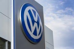Logo delle case automobilistiche di Volkswagen su una costruzione della gestione commerciale ceca Immagine Stock Libera da Diritti
