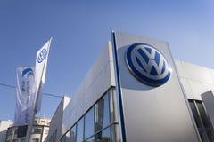 Logo delle case automobilistiche di Volkswagen su una costruzione della gestione commerciale ceca Fotografie Stock Libere da Diritti