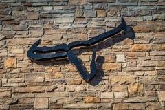 Logo dello steakhouse della mucca texana sulla parete Fotografia Stock Libera da Diritti