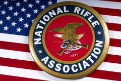 Logo der Nationalen Schusswaffenvereinigung und die US-Flagge Lizenzfreies Stockfoto