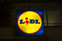 Logo des supermarchés de Lidl illuminés la nuit images libres de droits