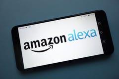 Logo di Amazon Alexa visualizzato sullo smartphone fotografie stock