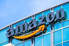 Logo di Amazon sulla facciata di uno dei loro edifici per uffici fotografia stock libera da diritti