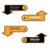 Logo di Bitcoin di valuta cripto con un'iscrizione accettata qui su un fondo nero Autoadesivo del blocco per slabbarking Fotografia Stock