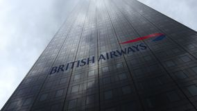 Logo di British Airways sulle nuvole di riflessione di una facciata del grattacielo Rappresentazione editoriale 3D Fotografia Stock