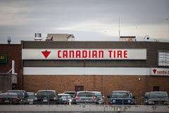 Logo di Canadian Tire davanti ad uno dei loro depositi a Montreal, Quebec fotografie stock libere da diritti