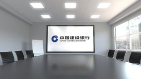 Logo di China Construction Bank sullo schermo in una sala riunioni Rappresentazione editoriale 3D royalty illustrazione gratis
