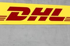 Logo di DHL su una facciata Fotografie Stock Libere da Diritti