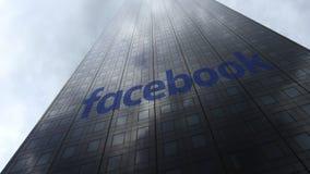 Logo di Facebook sulle nuvole di riflessione di una facciata del grattacielo Rappresentazione editoriale 3D Fotografia Stock