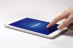 Logo di Facebook sullo schermo della compressa Fotografie Stock Libere da Diritti