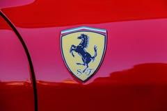 Logo di Ferrari sulla parte laterale del primo piano rosso dell'automobile Immagini Stock