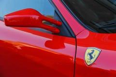 Logo di Ferrari sulla parte laterale dell'automobile rossa Fotografia Stock Libera da Diritti
