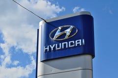 Logo di gestione commerciale di Hyundai contro cielo blu Fotografie Stock Libere da Diritti