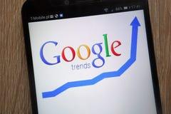 Logo di Google Trends visualizzato su uno smartphone moderno fotografia stock