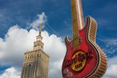 Logo di Hard Rock Cafe ed il palazzo di cultura Immagine Stock