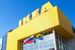 Logo di IKEA contro un cielo blu Immagini Stock