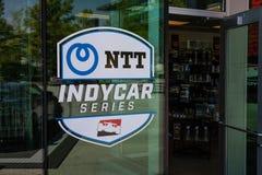 Logo di IndyCar al negozio di regalo di Indianapolis Motor Speedway L'IMS prepara per il Indy 500 VI fotografia stock libera da diritti