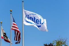 Logo di Intel su una bandiera che soffia nel vento fotografie stock