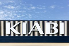 Logo di Kiabi su una parete Fotografia Stock Libera da Diritti