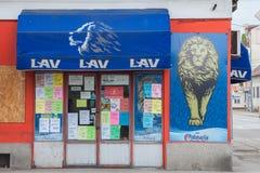 Logo di Lav Beer Lav Pivo, una delle birre leggere serbe principali su uno dei loro negozi immagini stock