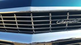 Logo di marca commerciale sull'automobile video d archivio