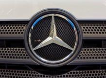 Logo di Mercedes Benz e distintivo moderno fotografia stock libera da diritti