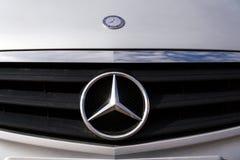 Logo di Mercedes-Benz sull'automobile bianca Fotografia Stock