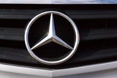Logo di Mercedes-Benz sull'automobile bianca Immagini Stock