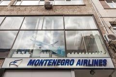 Logo di Montenegro Airlines sul loro ufficio principale per la Serbia Montenegro Airlines è l'aviolinea nazionale del Montenegro immagine stock